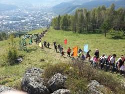 Горожане восходят на вершину Тугаи в день города. Фото из интернета.