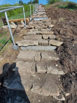 Комментарий: отдельные камушки этой своеобразной лестницы покачиваются, так что осторожнее...